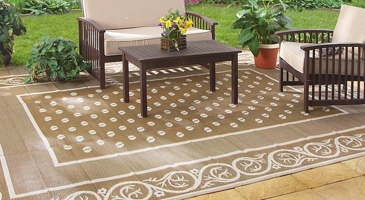 Reversible patio mat for RVs